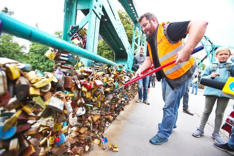 To już koniec pięknej tradycji. Zaczęli ściągać 5 ton kłódek z mostu Tumskiego. Już tam nie wrócą[ZDJĘCIA]