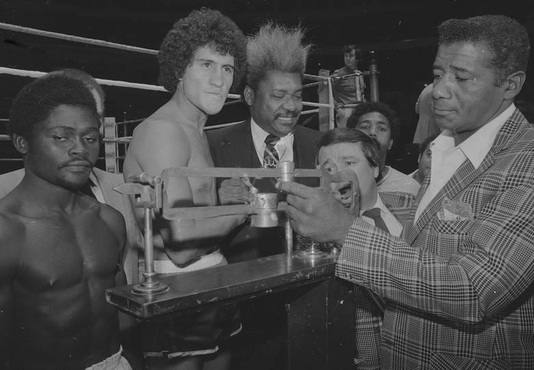 """Jeszcze starszy był uważany przez wielu za najlepszego pięściarza z Afryki Azumah Nelson (na zdjęciu po lewej). Urodzony w Ghanie """"Profesor"""" był mistrzem"""