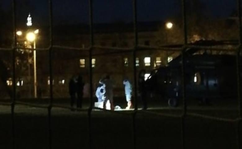 Policyjny black hawk wylądował na boisku przy ulicy Narutowicza w Radomia. Śmigłowiec zabrał do Warszawy pacjenta, prawdopodobnie z pobliskiego szpitala