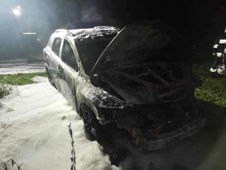 W nocy z czwartku na piątek doszło do pożaru auta osobowego marki Mazda na ul. Koszalińskiej w Karlinie (powiat białogardzki). W gaszeniu brały udział