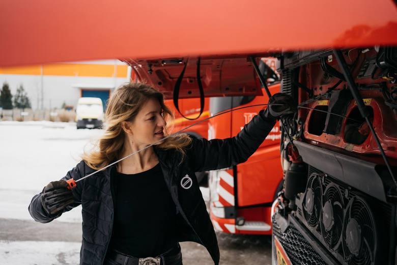Jeździ 70-metrową ciężarówką, a kiedyś miała być nauczycielką i startowała w Miss Polonia! Iwona Blecharczyk: