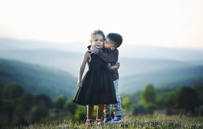 Dziecko w przedziale 4-6 lat powinno m.in.:• Poznać różnice pomiędzy płciami.• Respektować różnice (np. to, że niektórzy ludzie nie mają dzieci).• Poznać