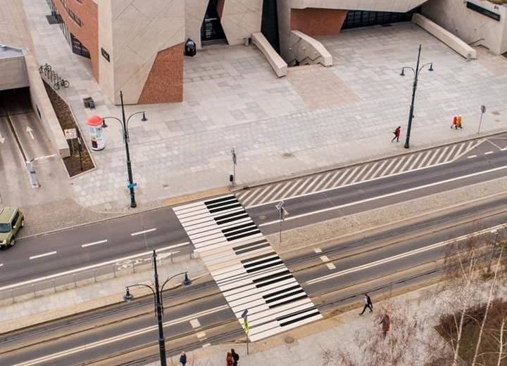 """Klawiatura fortepianu zamiast typowego przejścia dla pieszych przy CKK """"Jordanki""""? Taki pomysł ma toruński radny Michał Jakubaszek. Wniosek w tej sprawie"""
