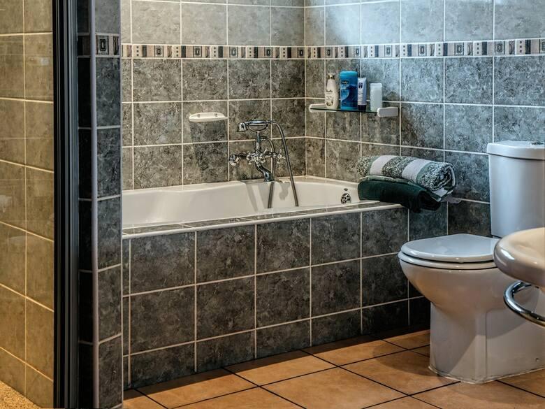 ŁazienkaW tym przypadku narzekania dotyczą braku odpowiedniej wentylacji i brzydkiego zapach. Łazienka może być też bardzo mała, a prysznic i brodzik