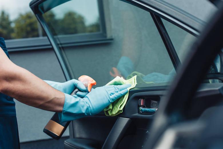 1. Wyposażenie auta to podstawaKoronawirus podróżuje drogą kropelkową. Musimy koniecznie zadbać o odpowiednie wyposażenie naszego samochodu. Płyn dezynfekujący
