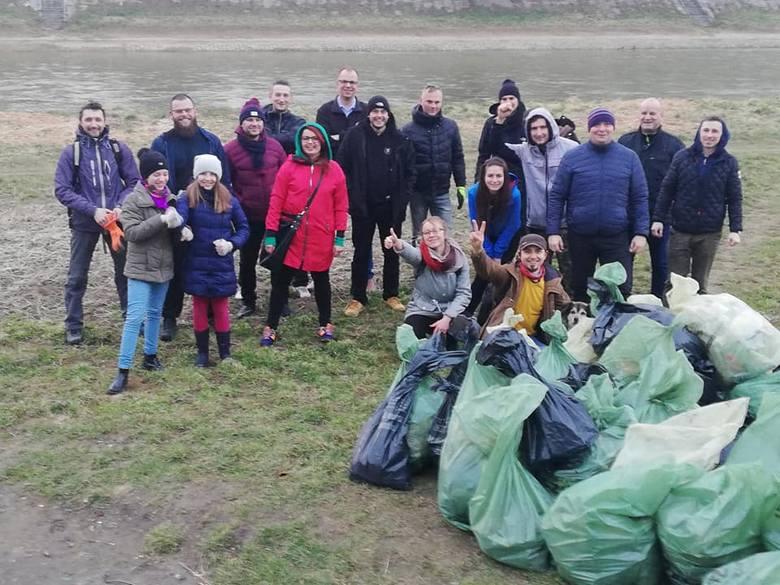 Społeczna akcja sprzątania bulwarów nad Sanem w Przemyślu.