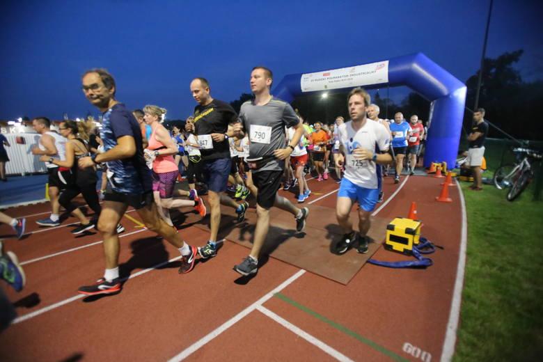 Półmaraton Industrialny w Rudzie Śląskiej wystartował w sobotę 28 lipca o godz. 21:00. Start i meta biegu znajdowały się na stadionie lekkoatletycznym