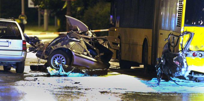 [zdjęcia] BMW zmiażdżone. Dwie osoby nie żyją