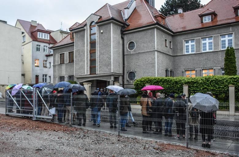 """Protestujący stali w strugach deszczu, <strong>trzymali transparent z napisem</strong>: """"Zamiast homilii, stop pedofilii!"""", a przez megafon krzyczeli: """"Księża nie są ponad prawem, czas już przesłuchać Tyrawę"""". <br /> <br /> - Chcemy wspólnie zaapelować, by biskup Jan Tyrawa odpowiedział za przenoszenie z..."""