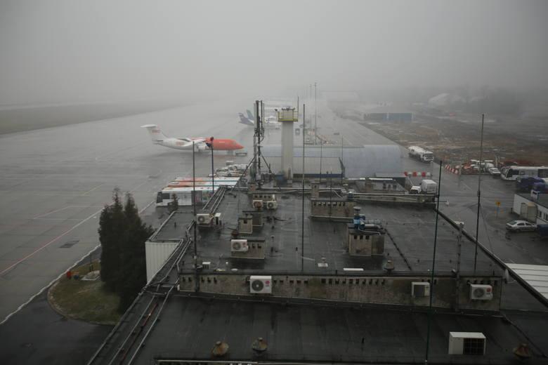 Wrzesień 2014. W kilka dni 23 samoloty odleciały wówczas na inne lotniska. Powód: paskudna pogoda w Pyrzowicach i niedziałający z powodu budowy nowej drogi startowej system ILS. Antenę systemu ILS trzeba było przenieść ją z placu budowy. Od 18 września system działa już ponownie.