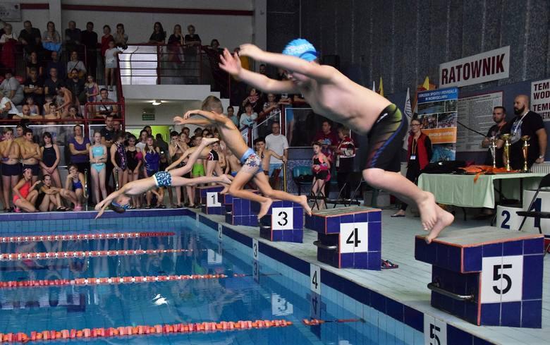 """21 listopada odbyły się Mistrzostwa Inowrocławia w Pływaniu. Na krytej pływalni """"Delfin"""" rywalizowali uczniowie szkół podstawowych."""