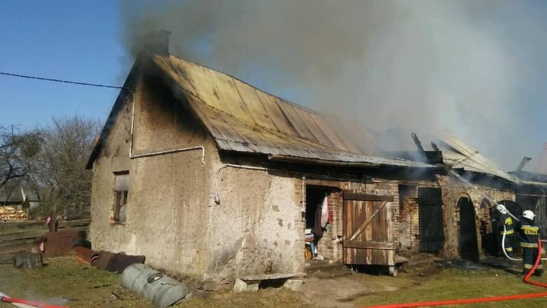 Do pożaru zabudowań gospodarczych doszło w poniedziałek o godzinie 9.30 w miejscowości Chojnowo.Zdjęcia udostępnione ze strony: OSP Szczuczyn