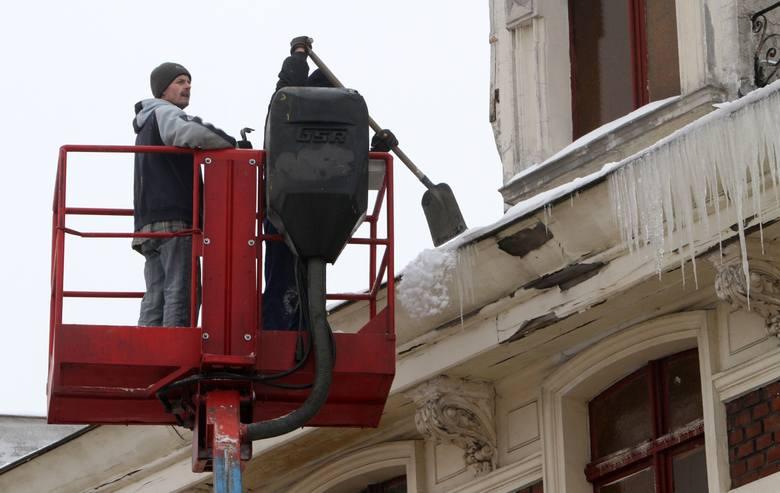 Usuwanie sopli z dachu