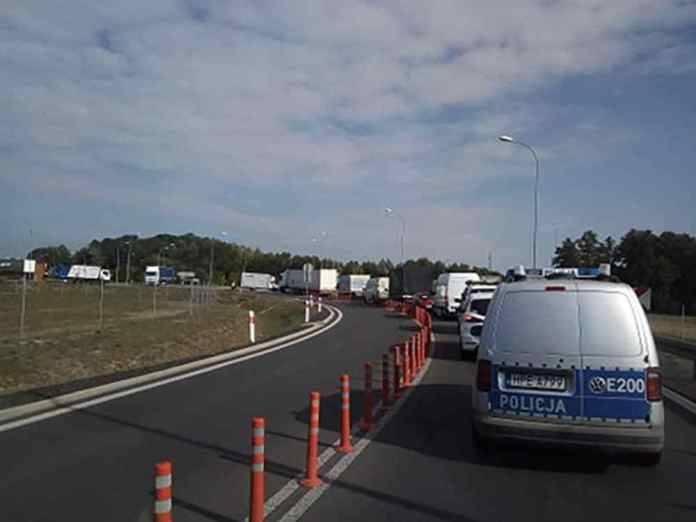 Do zdarzenia doszło w środę, 4 września, na zjeździe z S3 do Sulechowa. Ciężarówka stoi koło ronda wjazdowego do Sulechowa.O problemach na drodze powiadomił