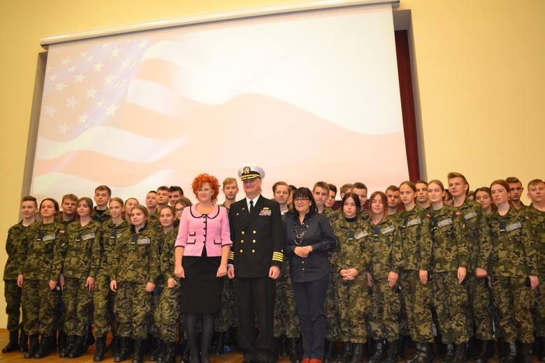 Kadeci z klas pierwszych Liceum Ogólnokształcącego w Redzikowie wzięli udział w ceremonii zmiany dowództwa Bazy Wsparcia Marynarki Wojennej USA w Redzikowie.