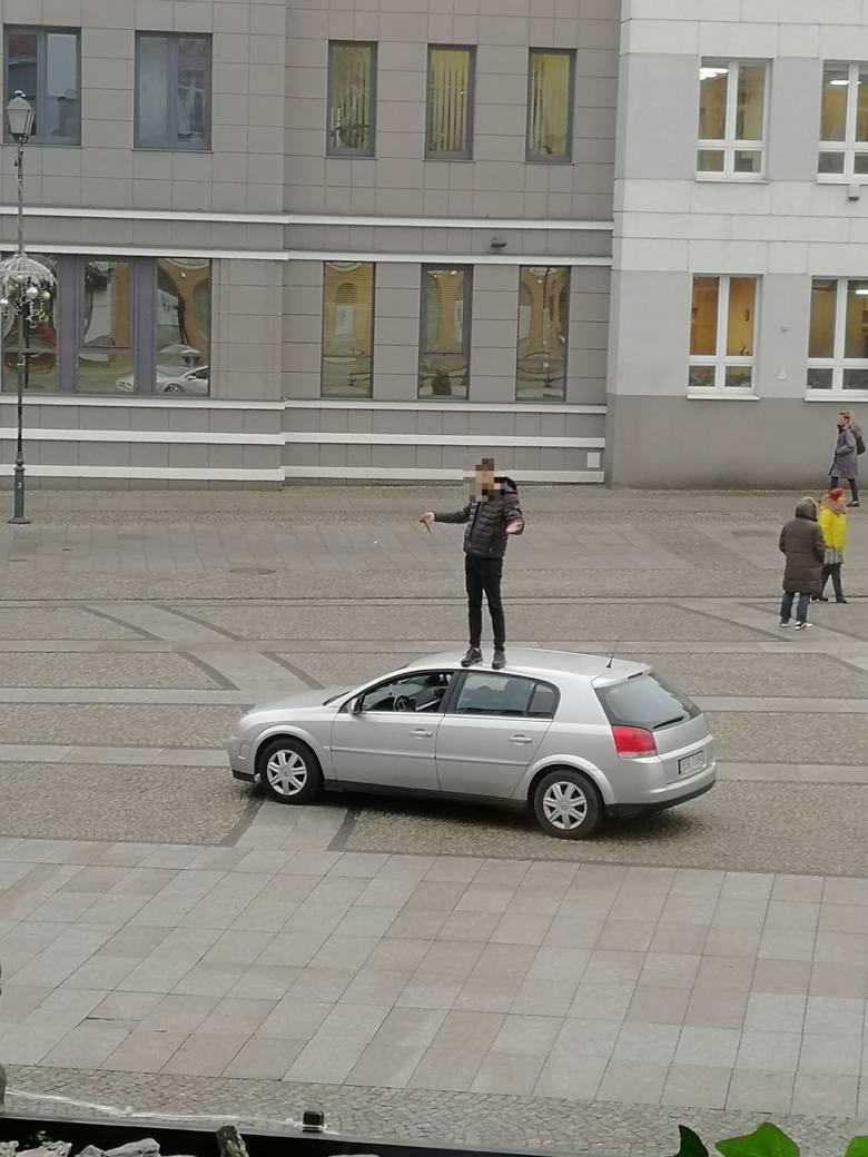Do tego nietypowego zdarzenia doszło na początku stycznia 2020 roku w centrum Białegostoku.Młody mężczyzna wjechał samochodem na sam środek Rynku Kościuszki,