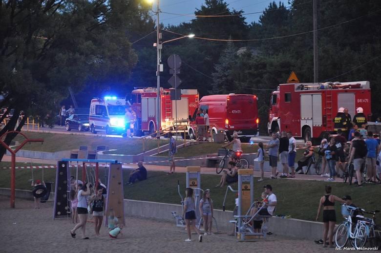 Do tego niecodziennego zdarzenia doszło w środę wieczorem nad Zalewem w Siemiatyczach. Według świadków, grupa nastolatków, postanowiło rozhuśtać część
