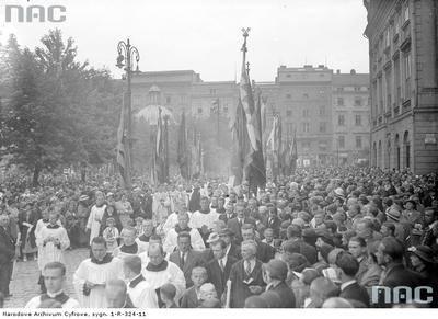 Fragment procesji na Rynku Głównym. Ponad 180 tysięcy fotografii z Narodowego Archiwum Cyfrowego www.nac.gov.pl