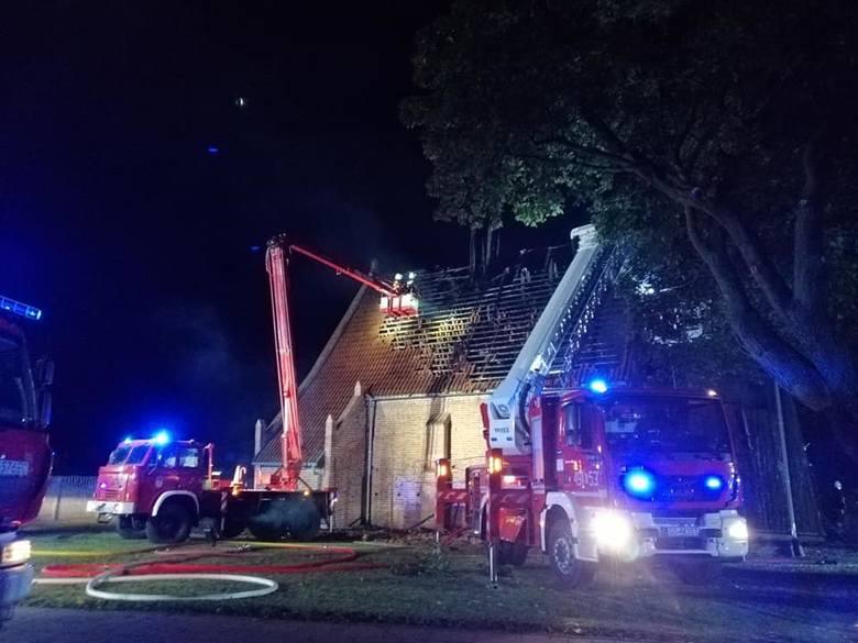 Pożar zabytkowego kościoła w Orłowie w powiecie nowodworskim 7.10.2019 roku. Spłonął dach! Na miejscu 15 zastępów straży pożarnej [zdjęcia]