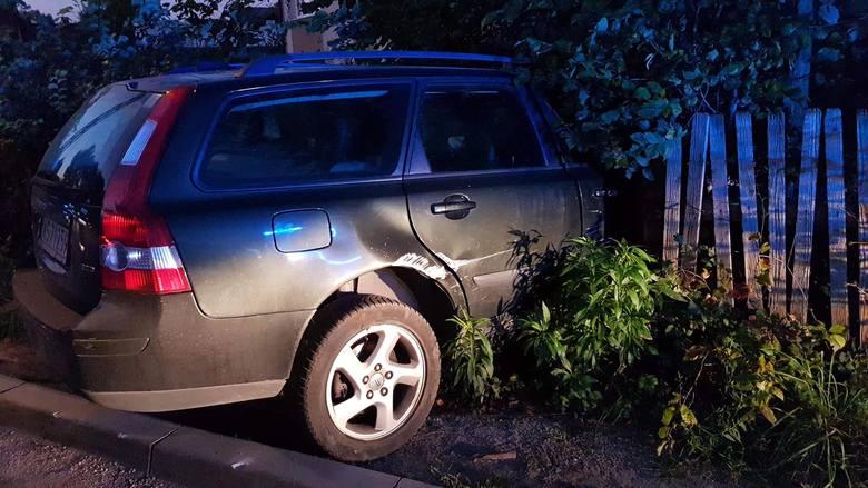W czwartek, wczesnym rankiem, doszło do wypadku samochodu osobowego. Zdarzenie miało miejsce w Klepaczach na ulicy Kolejowej. Zdjęcia pochodzą z fanpage'a:
