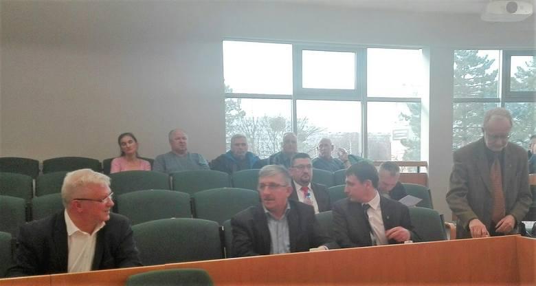 Nadzwyczajna sesja rady miasta w sprawie PKM. Na sesję przyszli pracownicy firmy