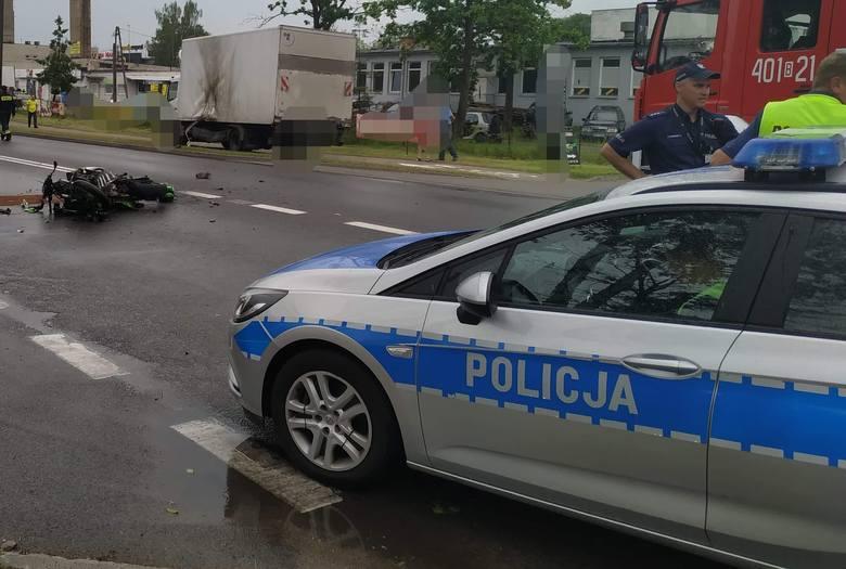 - Ze wstępnych ustaleń policjantów wynika, że kierujący dostawczym mercedesem, wyjeżdżając z placu, prawdopodobnie nie ustąpił pierwszeństwa kierującemu