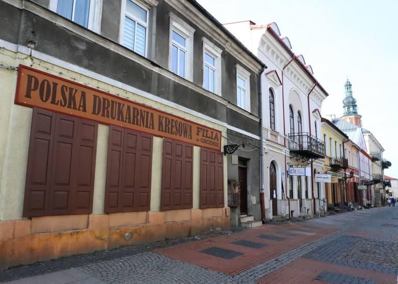 Nowy szyld i okiennice na skraju ulicy Rwańskiej.