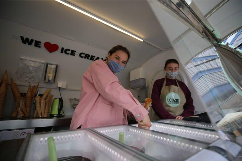 Zlot food trucków na rynku w Katowicach. Organizatorzy opracowali w związku z epidemią koronawirusa specjalne proceduryZobacz kolejne zdjęcia. Przesuwaj