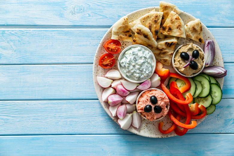 Składniki na pastę z tuńczyka:• puszka tuńczyka z wody• 2 łyżki jogurtu greckiego• szalotka lub kawałek cebuli• pieprz do smakuSposób przygotowania: