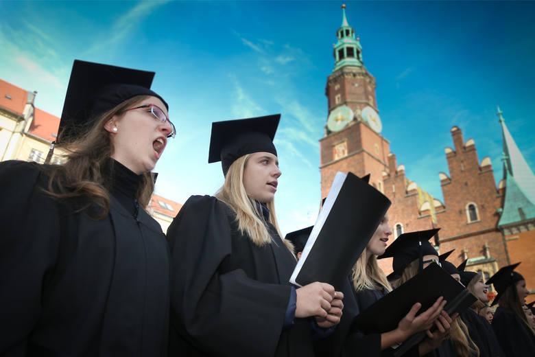 Wrocław miastem studentów - stolica Dolnego Śląska wciąż jest jednym z największych ośrodków akademickich w Polsce. Lecz i u nas z roku na rok ubywa