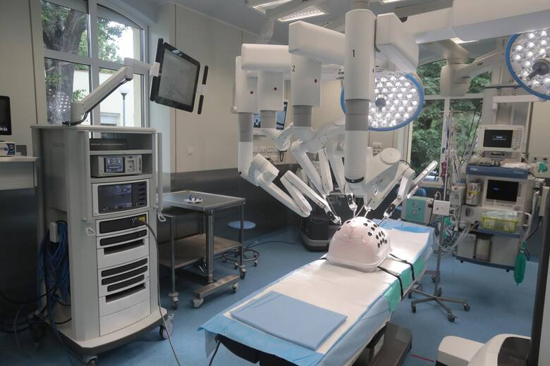 Dr Paweł Wisz (w środku) z dr Stefano Puliattim, szefem Kliniki Urologii w Szpitalu Uniwersyteckim we włoskiej Modenie (z prawej) i dr Rubenem de Groote