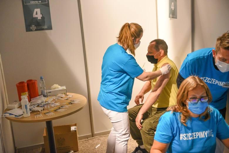 Niepożądane objawy po szczepieniach przeciwko COVID-19 w Lubuskiem z marca i kwietnia. Niektórzy po szczepieniach trafiali do szpitala