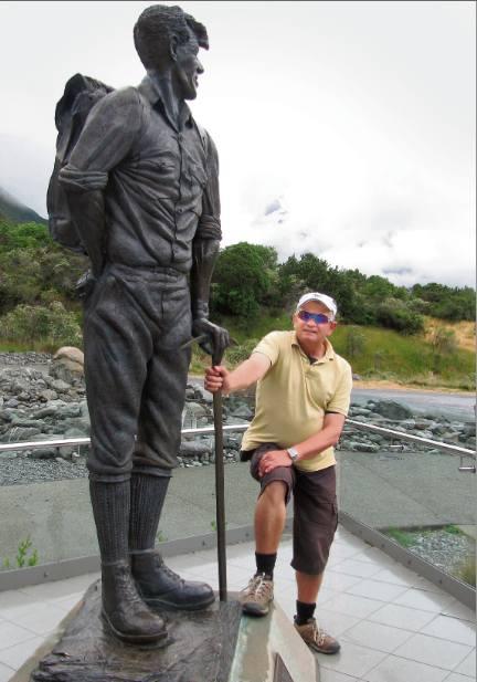 Nowa Zelandia. Bogusław Nowak przy pomniku swojego przyjaciela, Edmunda Hillary'ego