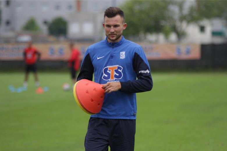 Każdego okienka transferowego do Ekstraklasy trafiają piłkarze, którzy kuszą szefów klubu ciekawym CV. Z reguły kosztują duże pieniądze, ale czasami