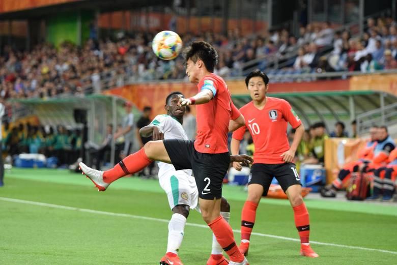 Kangin Lee (w drugim planie) był najlepszym zawodnikiem sobotniego ćwierćfinału MŚ U-20 w Bielsku-Białej
