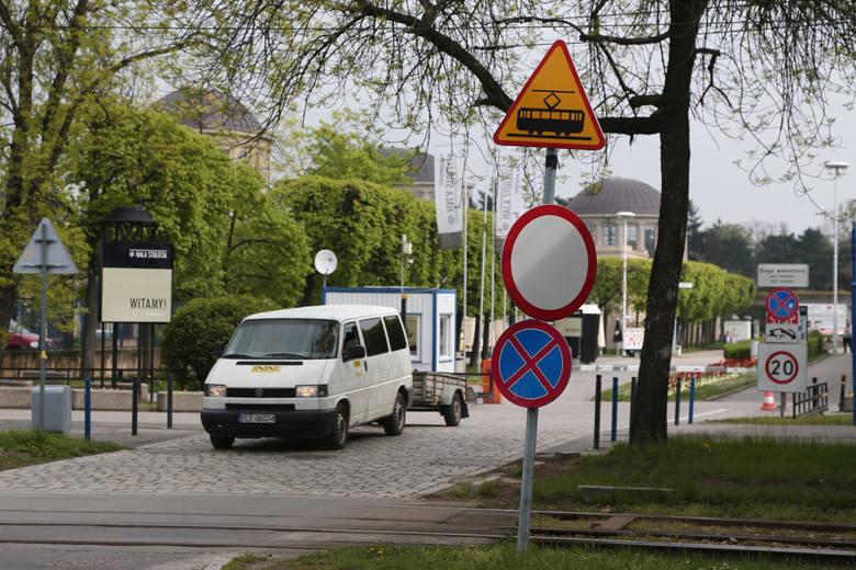 Znak zakazu ruchu wisi podobno od kilku lat. Raz skierowany jest w stronę wjazdu, raz wyjazdu z  parkingu. Zdjęcie  z piątku - w niedzielę środkowy znak zakazu ruchu był już przekręcony w inną stronę