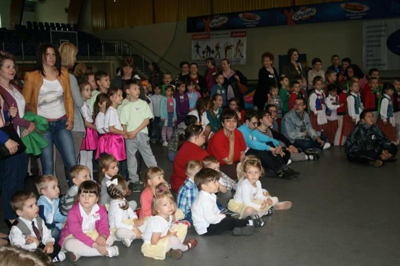 Dla dzieci przygotowano  atrakcje w postaci występów artystycznych uczestników festynu, występu iluzjonisty, zabawy przy muzyce, pompowane skocznie i