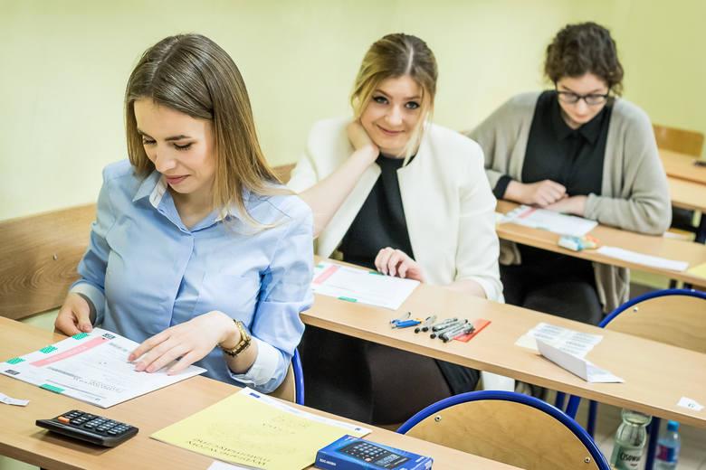 Jakie zadania znalazły się w arkuszu matury próbnej z matematyki z Operonem? Które odpowiedzi były poprawne? Jak należało prawidłowo rozwiązać zadania?