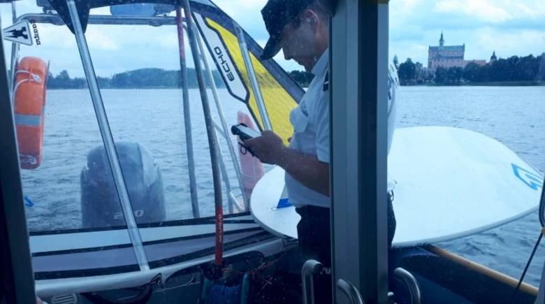 Suwalscy policjanci wodni uratowali windsurfera. Nie był on w stanie samodzielnie dopłynąć do brzegu (zdjęcia, video)