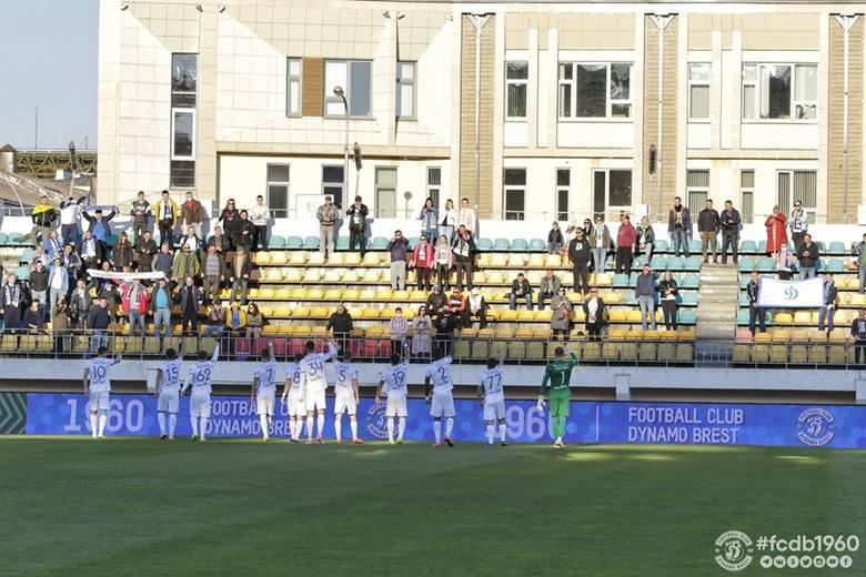 Siergiej Kriwiec (w środku) gratuluje zdobycia bramki koledze z drużyny, Pawłowi Sawickiemu (nr 88)