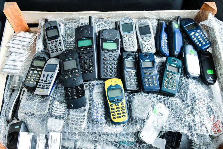 Do siedziby muzeum w podwórzu ul. Pomorskiej 15 przewieziono już klika naczepek kartonów i skrzynek m.in. z telefonami komórkowymi
