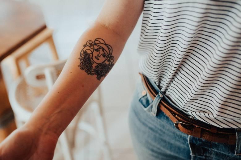 Marzysz o nowym tatuażu? Sprawdź te wzory! Pomysły na tatuaż: minimalistyczny, rękaw, wzory. Jaki pasuje do Ciebie?