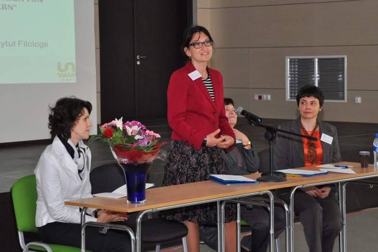 Od lewej: dr Felicja Księżyk, dziekan dr hab. Dorota Brzozowska, dr hab. prof. UO Maria Katarzyna Lasatowicz i dyrektor IFG, dr Gabriela Jelitto-Pie