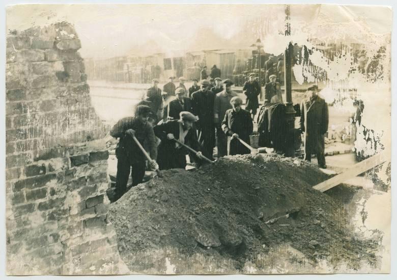 <strong>Mur getta  </strong><br /> Budowę murów wokół dzielnicy żydowskiej w Warszawie rozpoczęto zaraz po zakończeniu pogromu, w kwietniu 1940 r. Oficjalnie powstanie getta warszawskiego ogłoszono 1 października 1940 r. Niedługo później, 16 listopada, zamknięto je, separując od reszty miasta. Istniało do...