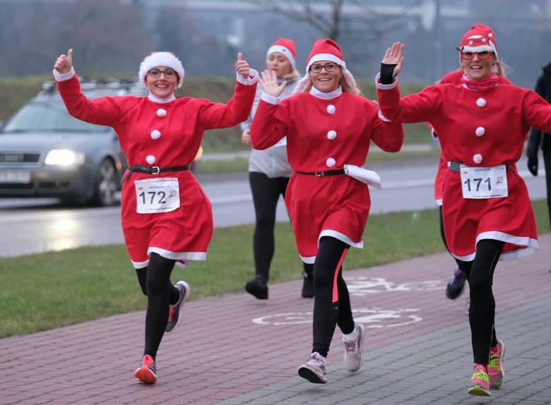 W sobotę odbył się Świąteczny Bieg Mikołajów wokół Galerii Sanowa w Przemyślu. Dzieci miały do pokonania jedno okrążenie, a dorośli dwa. W sumie na starcie