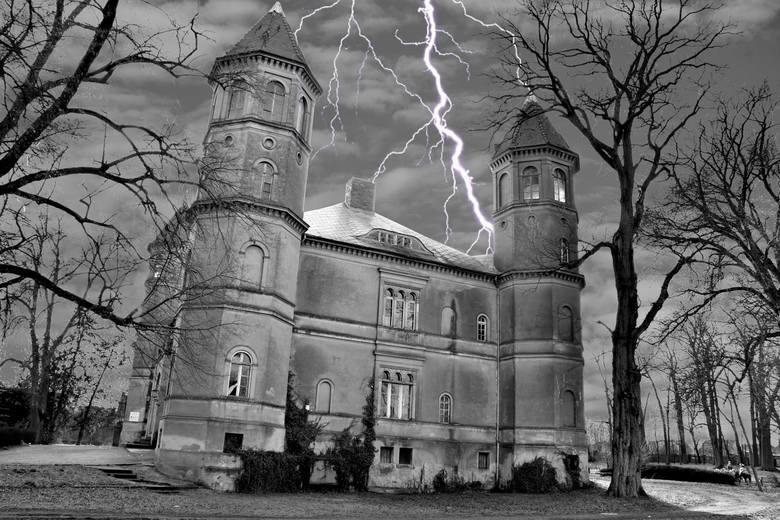 Pałac w Dąbrówce Wielkopolskiej, w powiecie świebodzińskim, wciąż zachwyca, chociaż budynek lata świetności ma już dawno za sobą...Pałac zaprojektował