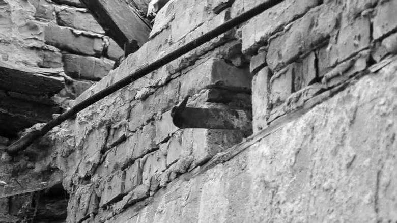 Kraków. Dom na Woli JustowskiejW roku 1995 powiesił się tam mężczyzna. Powodem były problemy finansowe. Ludzie mawiali potem, że widać czasem zapalające
