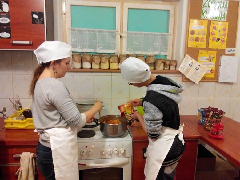 Uczniowie Zespołu Szkół w Kup podczas zajęć kulinarnych. Uczą się na nich m.in. przygotowywania zdrowego posiłku oraz jego serwowania.
