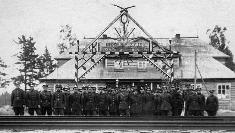 Okolice Stołpców. Żołnierze Korpusu Ochrony Pogranicza przed strażnicą, październik 1926 r.