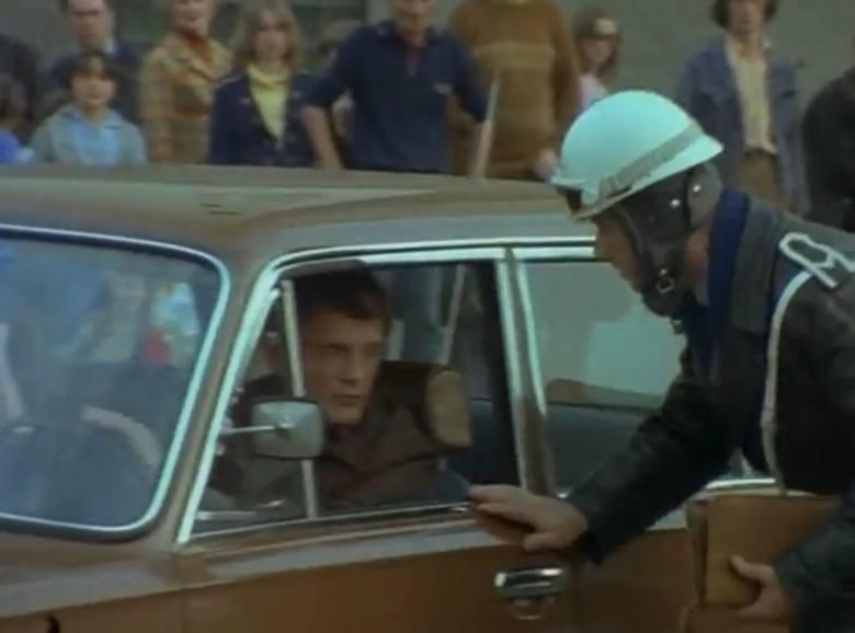 Milicjant I: No i gdzie się pchasz, baranie?! Daj mu dwie stówy!<br /> Milicjant II: Dokumenty proszę.<br /> Borewicz: W zasadzie macie rację, ale jak pan chce mandat, niech pan sobie idzie do tyłu i zapisze mój numer samochodu. I po drugie, niech pan powie koledze, żeby się zgłosił jutro o...